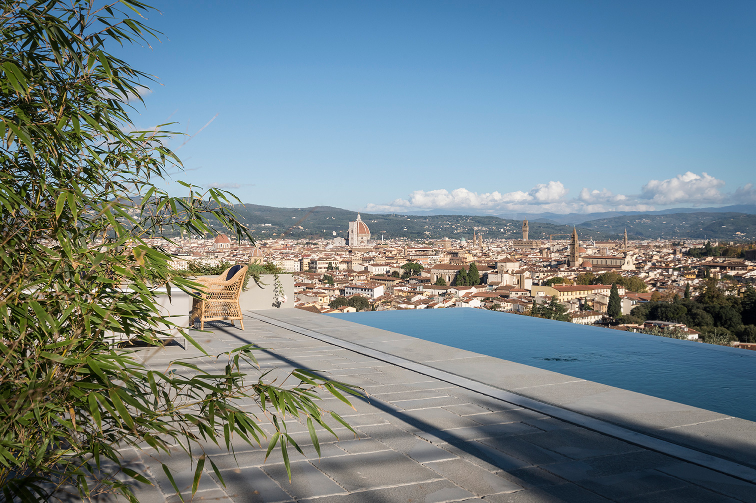 La piscina a sfioro con vista su Firenze