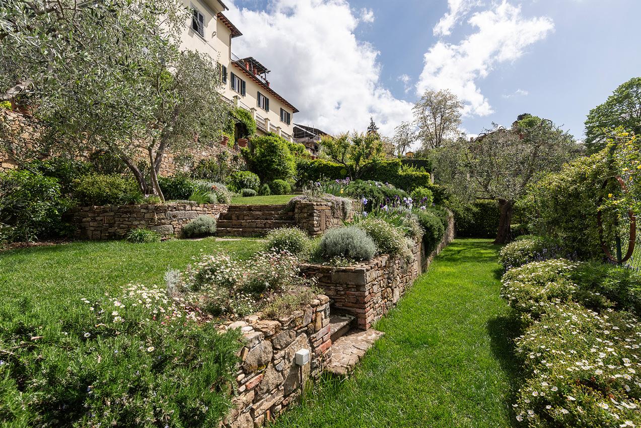 i muri a secco e le scalinate in pietra fanno da cornice ai prati e alle fioriture