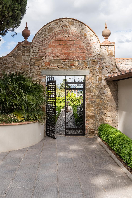L'antico cancello in ferro all'ingresso del giardino
