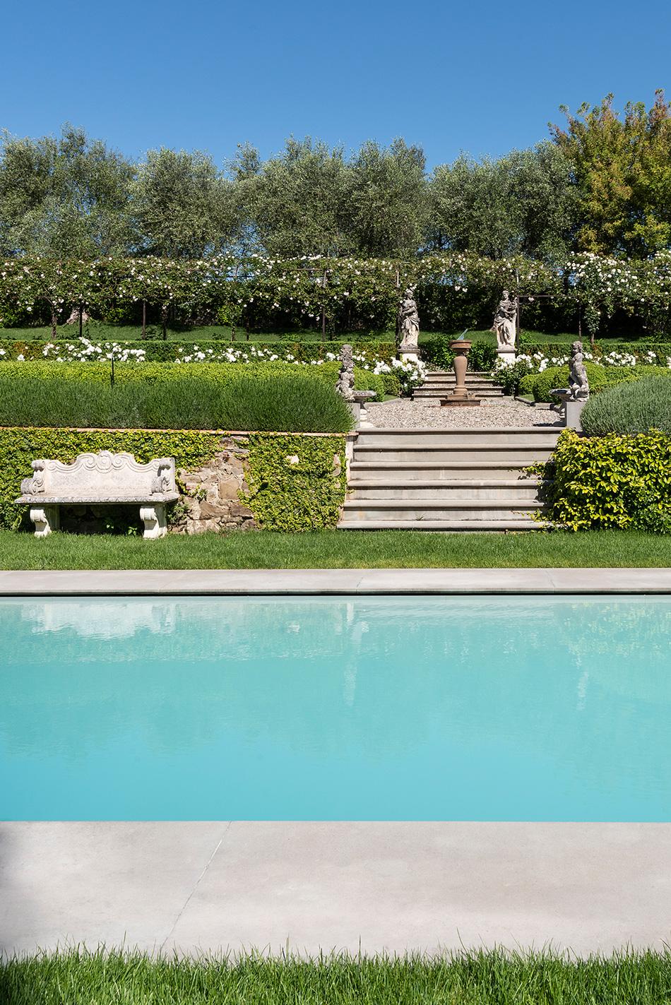 dalla zona piscina, l'interessante sequenza di livelli del giardino